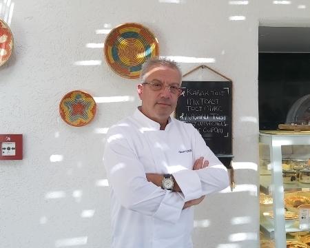 Bu ayki Pause Dergi Tolga Atalay ile Chef&Chef konuğu Hilton Dalaman Sarigerme Resort&Spa Hotel'in Mutfak Koordinatörü ve Exclusive Şefi Tamer Özkan oldu. Mesleği, kariyeri ve gelecek planı hakkında sohbet ettik. Keyifle okumalar -----Merhaba Şef Tamer Özkan okurlarımıza kendinden bahseder misin? Rize Çamlıhemşin doğumlu olup, Ankara'da yaşamaktayım. Evli ve bir kız çocuğu sahibiyim. 41 yıl önce bulaşıkçı olarak iş hayatım başladı. Bulaşıkçılıktan şefliğe, şeflikten yatırımcı şefliğe ve profesyonel anlamda danışmanlık hizmetleri verecek seviyeye geldim. Kendimde her zaman var olan, işlevsel yaratıcılığıma duyduğum güven sayesinde sektörde çalışan veya çalışacak olan insanlara rol model olduğumu düşünüyorum. Birçok yurt dışı deneyimim oldu. Eğitim alıp, eğitim vermek, öğrenmek ve öğretmek amacı ile dünyanın en iyi diyet şefleriyle birlikte Fransa'da (vichy) ortak çalışmalar yaptım. Le Cordon Bleu profesyonel mutfak sanatları eğitimi aldım. Eğitimcilerin eğitimi, satış pazarlama, liderlik gibi, çok değerli profesörlerden aldığım eğitimlerin beni kariyerimde olgunlaştırarak bugün ki güzel günlerime ulaştırdığını düşünüyorum. Kariyerimin 2. Dönüm noktası ise Rahmetli Sayın Prof. Dr. İhsan Doğramacı hocam ile tanışmam ve hocamın değerli yönlendirmeleri ile olmuştur, bana dünyanın bilgi kapılarını açtı ve mesleğime bakış tarzımı değiştirdi. 1988 yılında başlayan Hilton serüvenim şu an Hilton Dalaman Resort& Spa otelde Mutfak Koordinatörü olarak devam etmektedir. -----Meslekte kaçıncı nesilsin? Bildiğiniz üzere Karadeniz insanları yıllardır İzmir, Ankara, İstanbul gibi büyük şehirlerde çalışır ve Türkiye'de hatırı sayılır bir seviyedelerdir. Bu şekilde çalışanlar arasında ben de 2. veya 3. nesilim diyebilirim. Tabi ki aileden gelen büyük bir mesleki birikimim var. Ben de o kapıda geçtim. Yaşadığım deneyimleri paylaşmaya çalışıyorum. -----Kariyerin ilk iş tecrübeni doğru kronolojide paylaşır mısın? 1980 yılında bulaşıkçı olarak iş hayatına atıldım. Daha sonra mutfak çıraklı